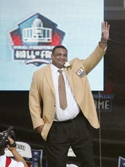 Former Louisiana Tech lineman Willie Roaf gestures