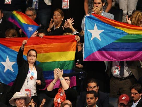 Gente en Charlotte, Carolina, ondea la bandera de la