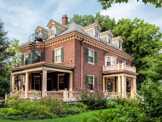 636429011435043309-A-1909-Georgian-Revival-style-home-built-by-a-wealthy-businessman-as-an-anniversary-gift-to-his-wife.jpg