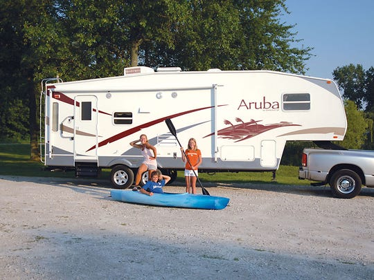 Fifth-wheel travel trailer