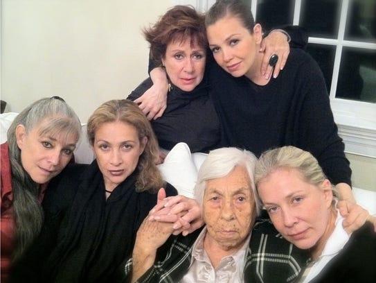 A la muerte de doña Yolanda Miranda (2011), las hermanas
