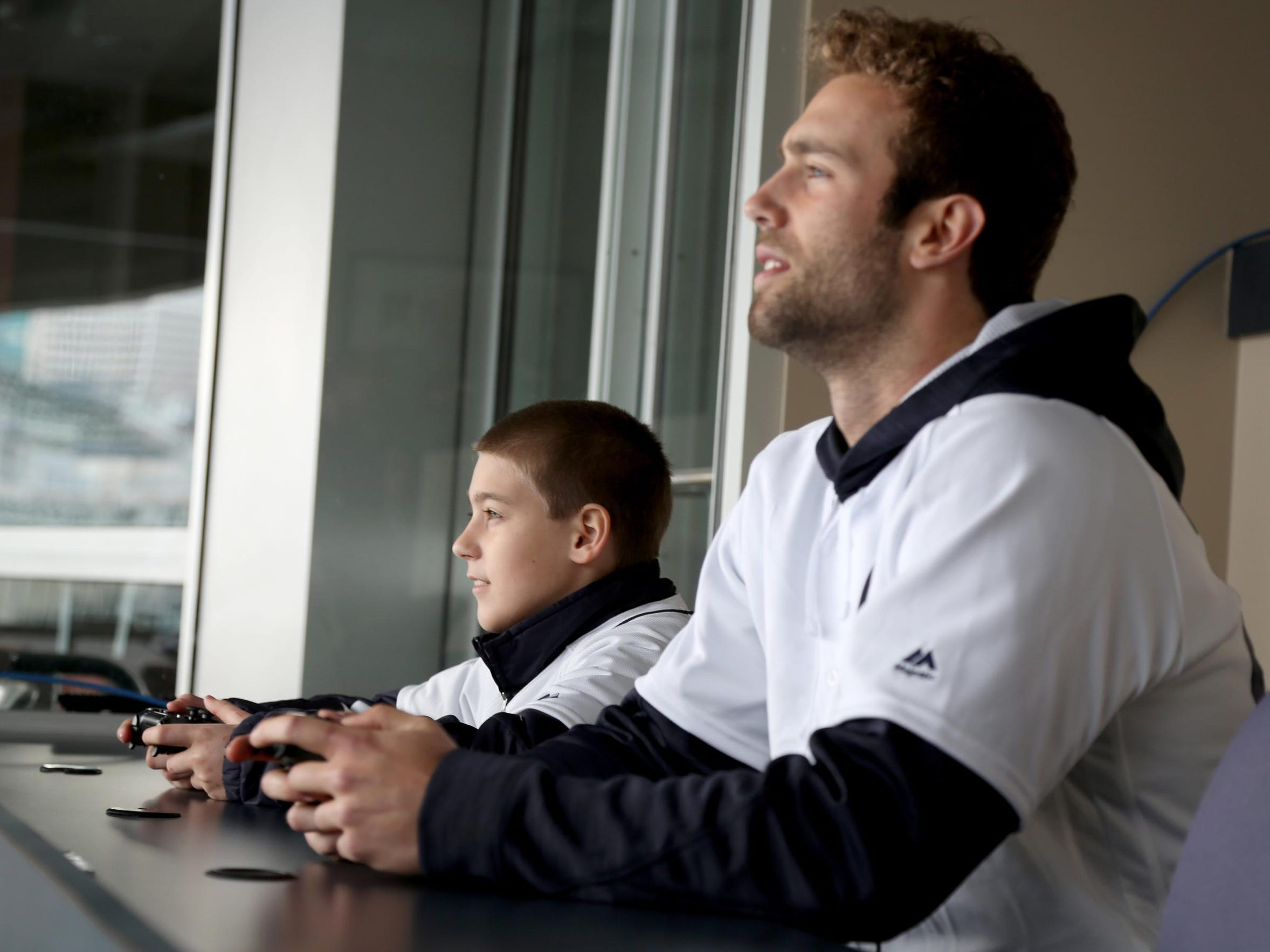 Hunter Bowman plays MLB 2015 on a Playstation 4 against