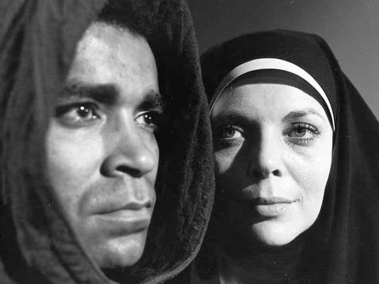 636087599131416733-4.-Barbara-Bain-with-Greg-Morris-in-an-episode-of-Mission-Impossible.jpg
