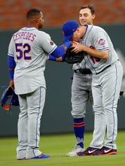 New York Mets' Jay Bruce (19) kisses Yoenis Cespedes