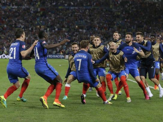 Jugadores de Francia celebran tras anotarle un gol