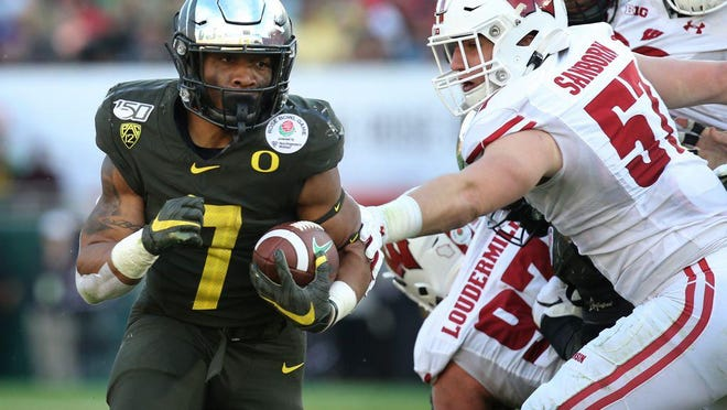 Oregon's CJ Verdell rushes against Wisconsin during the second quarter at the Rose Bowl. [Chris Pietsch/The Register-Guard] - registerguard.com