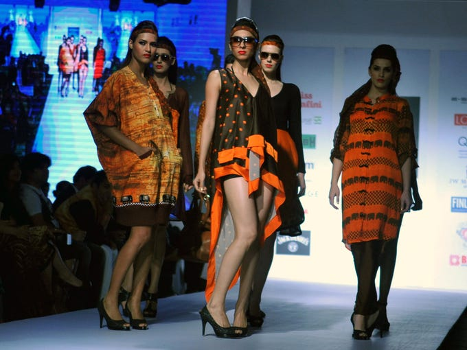 Indian models showcase creations by designer Archana Kochhar during the India Resort wear Fashion Week (IRFW) in Mumbai on December 12, 2013. AFP PHOTO/STR        (Photo credit should read STRDEL/AFP/Getty Images)