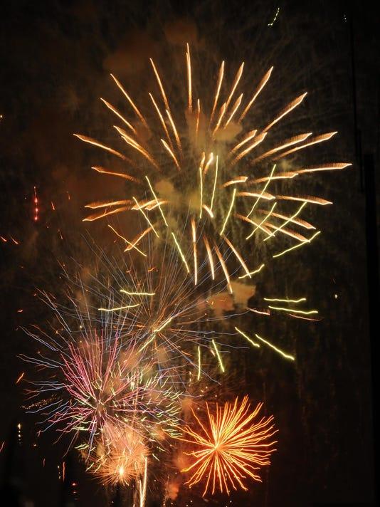 636250152285161654-fireworks2.jpg