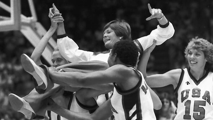 Summitt's U.S. basketball team members carry her off