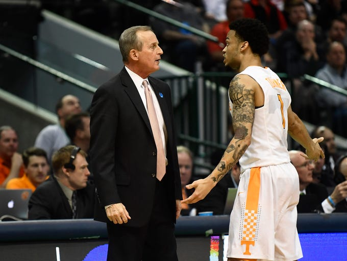 Tennessee head coach Rick Barnes talks with guard Lamonte