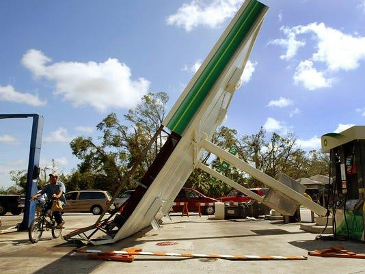 GTY_Residents_Survey_Damage_In_Wake_Of_Hurricane_Charley