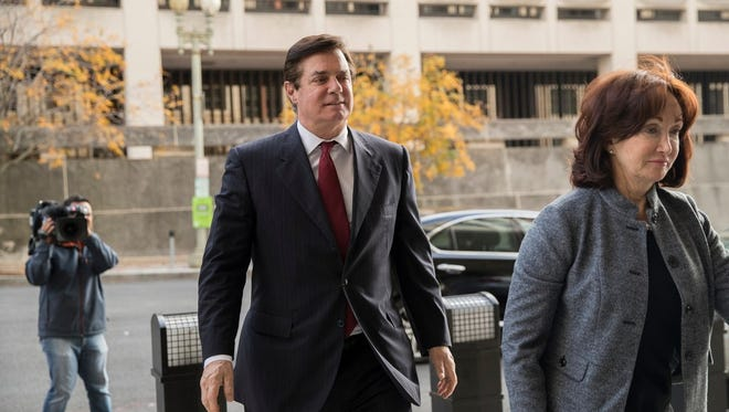 epa06311766 Former Trump Campaign Manager Paul Manafort (L) arrives for a bond hearing at the E. Barrett Prettyman Federal Courthouse in Washington, DC, USA, 06 November 2017. Manafort is facing 12 charges discovered during the Russia investigation.