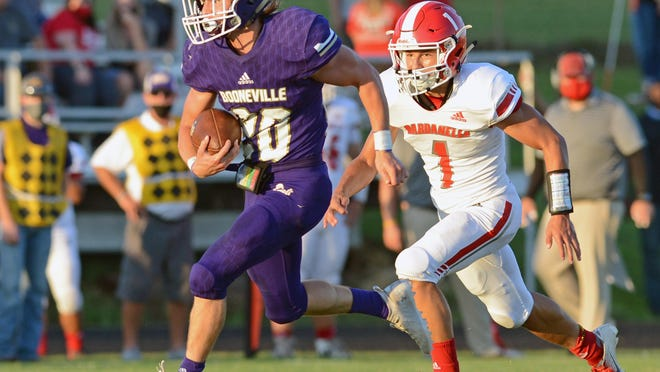 Booneville's Ethan Wooldridge, left, breaks away from Dardanelle's Drew Vega during a first quarter play on Friday in Booneville. Booneville won the game 35-14.