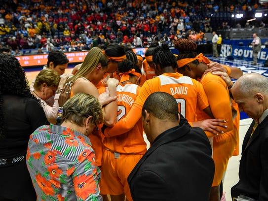 The Tennessee Lady Volunteers pray after being knocked