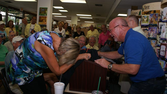 FILE: Randy Wayne White speaks to an overflow crowd of fans at Sunshine Booksellers. Sue Keller/Sun Times