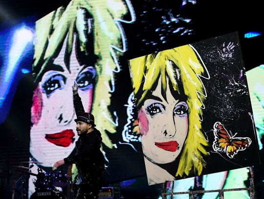 Ricardo Arts finishes a fast paint portrait of Dolly