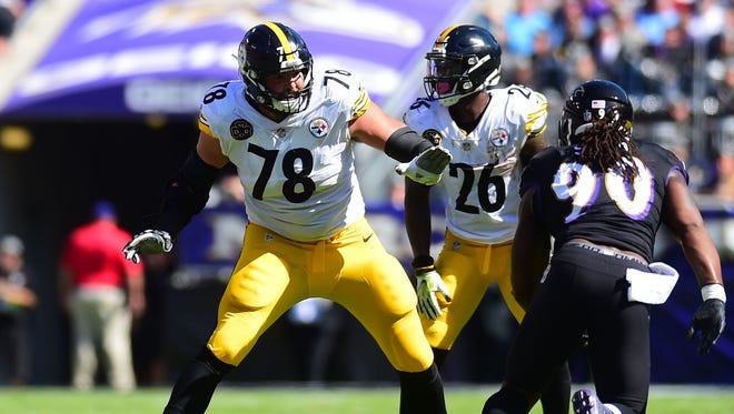 Pittsburgh Steelers offensive tackle Alejandro Villanueva (78) defends against Baltimore Ravens linebacker Za'Darius Smith (90) at M&T Bank Stadium.