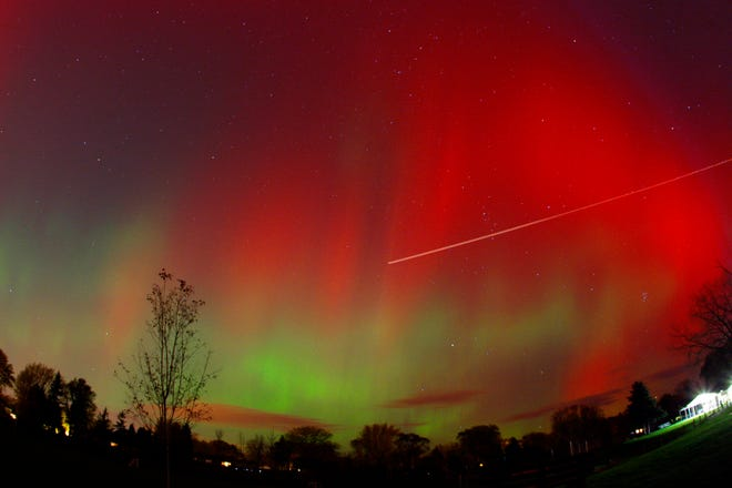 Northern lights as seen in a thirty second exposure taken at Elsworth Park in Bayside on Monday October 24, 2011. 30-second exposure. Photo by Mike De Sisti / MDESISTI@JOURNALSENTINEL.COM