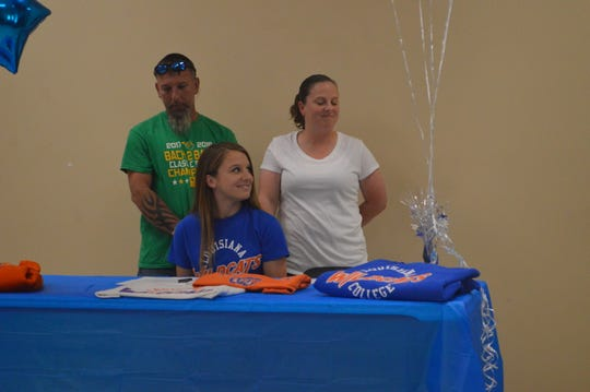 Plainview senior outfielder Kloe Fee (center) signed with Louisiana College Wednesday.