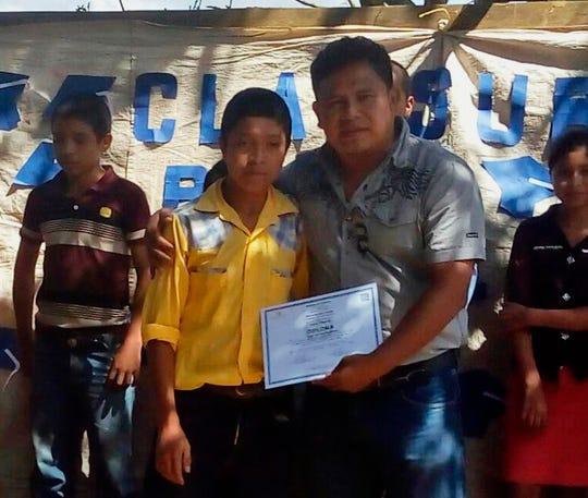 Esta foto muestra al niño Juan de León Gutiérrez junto a su maestro Jimmy Cristian Gutiérrez García, en su natal Guatemala.