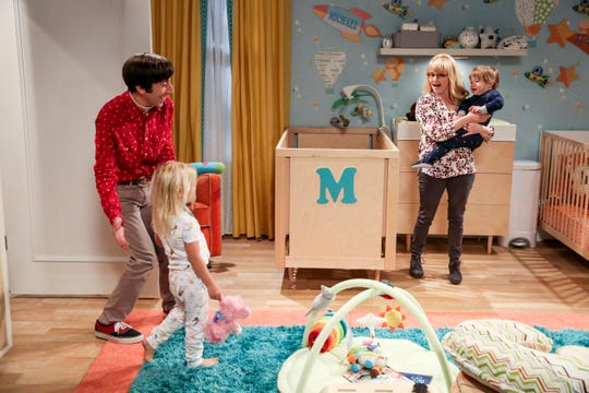 """""""The Stockholm Syndrome"""" - Pictured: Howard Wolowitz (Simon Helberg) and Bernadette (Melissa Rauch). Bernadette and Wolowitz leave their kids for the first time, Penny and Leonard try to keep a secret, Sheldon and Amy stick together, and Koothrappali makes a new friend as the gang travels together into an uncharted future, on the series finale of THE BIG BANG THEORY, Thursday, May 16 (8:30 - 9:00PM, ET/PT) on the CBS Television Network. Photo: Michael Yarish/CBS ©2019 CBS Broadcasting, Inc. All Rights Reserved"""