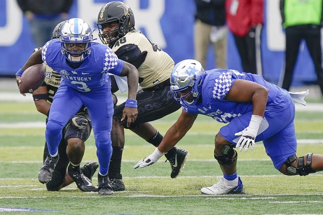 Kentucky quarterback and former Del City star Terry Wilson (3) runs with the ball against Vanderbilt on Saturday in Lexington, Ky. [AP Photo/Bryan Woolston]