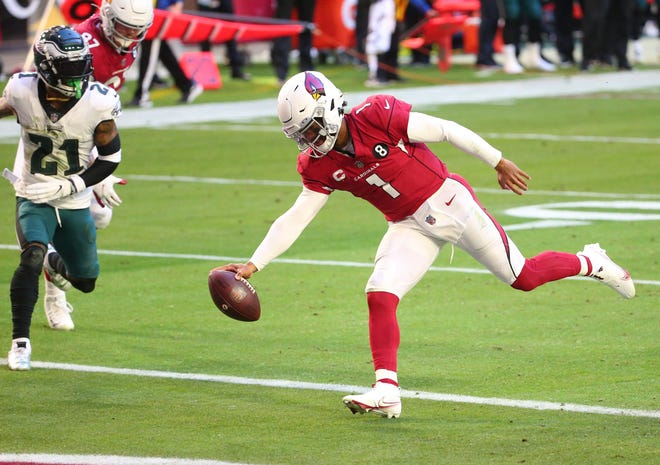 Arizona Cardinals quarterback Kyler Murray (1) scores a touchdown in front of Philadelphia Eagles safety Jalen Mills (21) during the first quarter Sunday. [Michael Chow/The Republic]