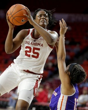 Madi Williams (25) is averaging 23.0 points per game this season for the Sooners. [Bryan Terry/The Oklahoman ]