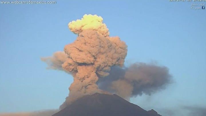 Amazing time lapse captures Mexico's Popocatepetl volcano erupting