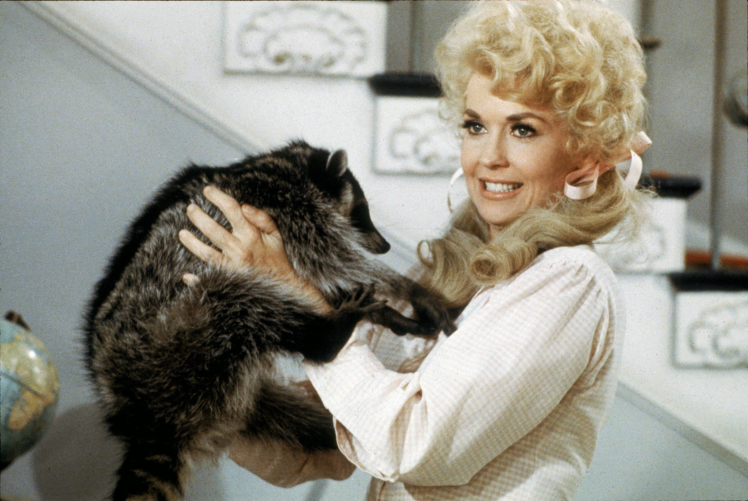 'Beverly Hillbillies' star Donna Douglas dies at 81