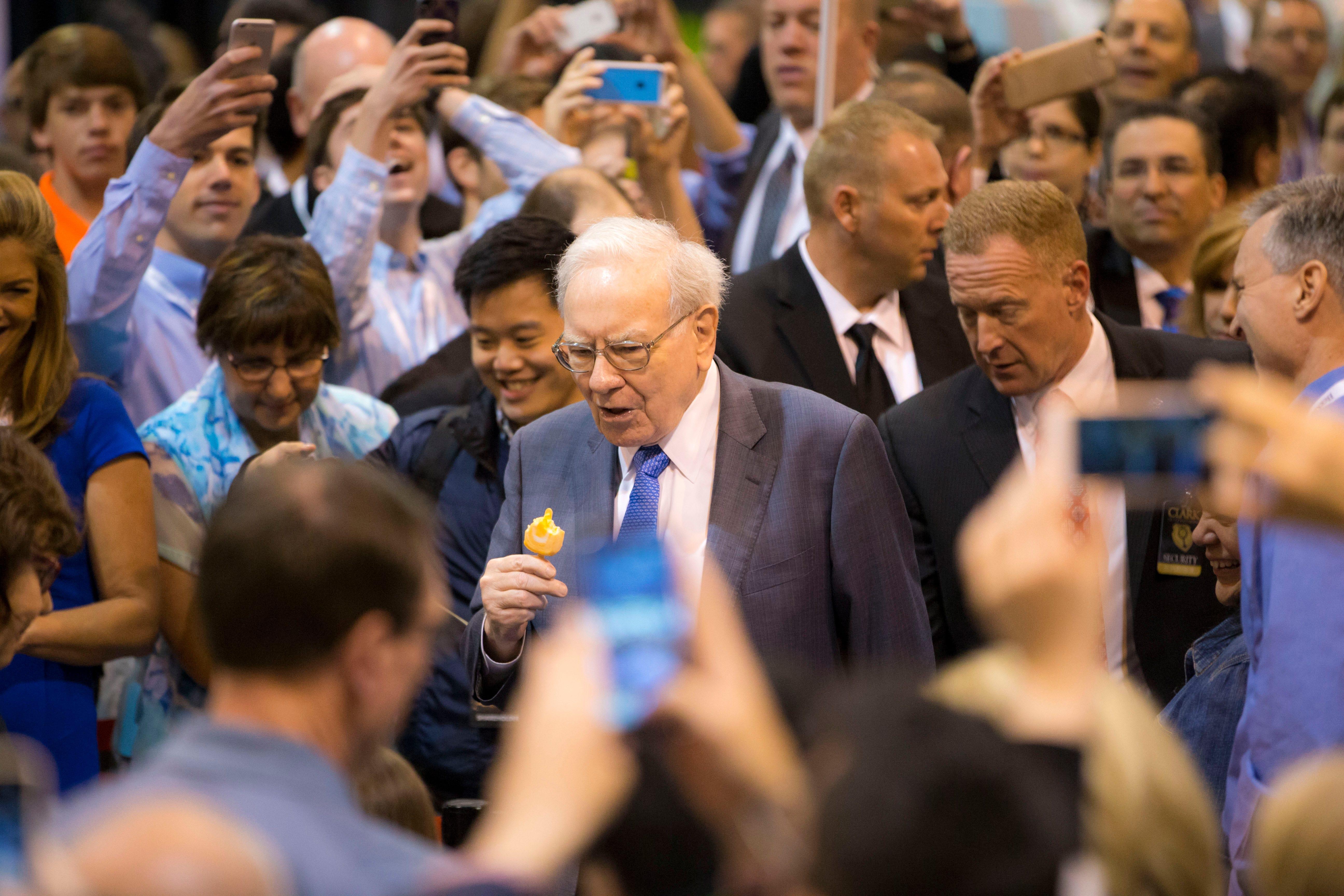 Buffett talks wind energy, Coca Cola at Berkshire meeting