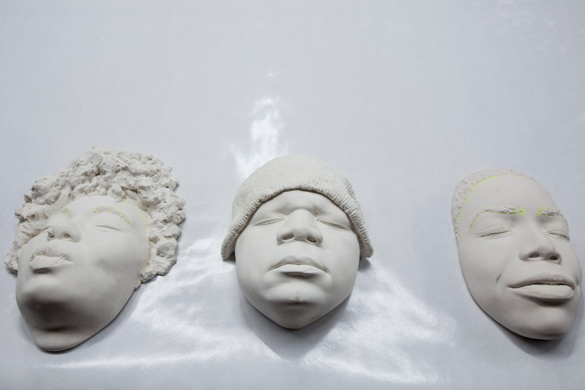 Face-casting demo teaches art, brings together people