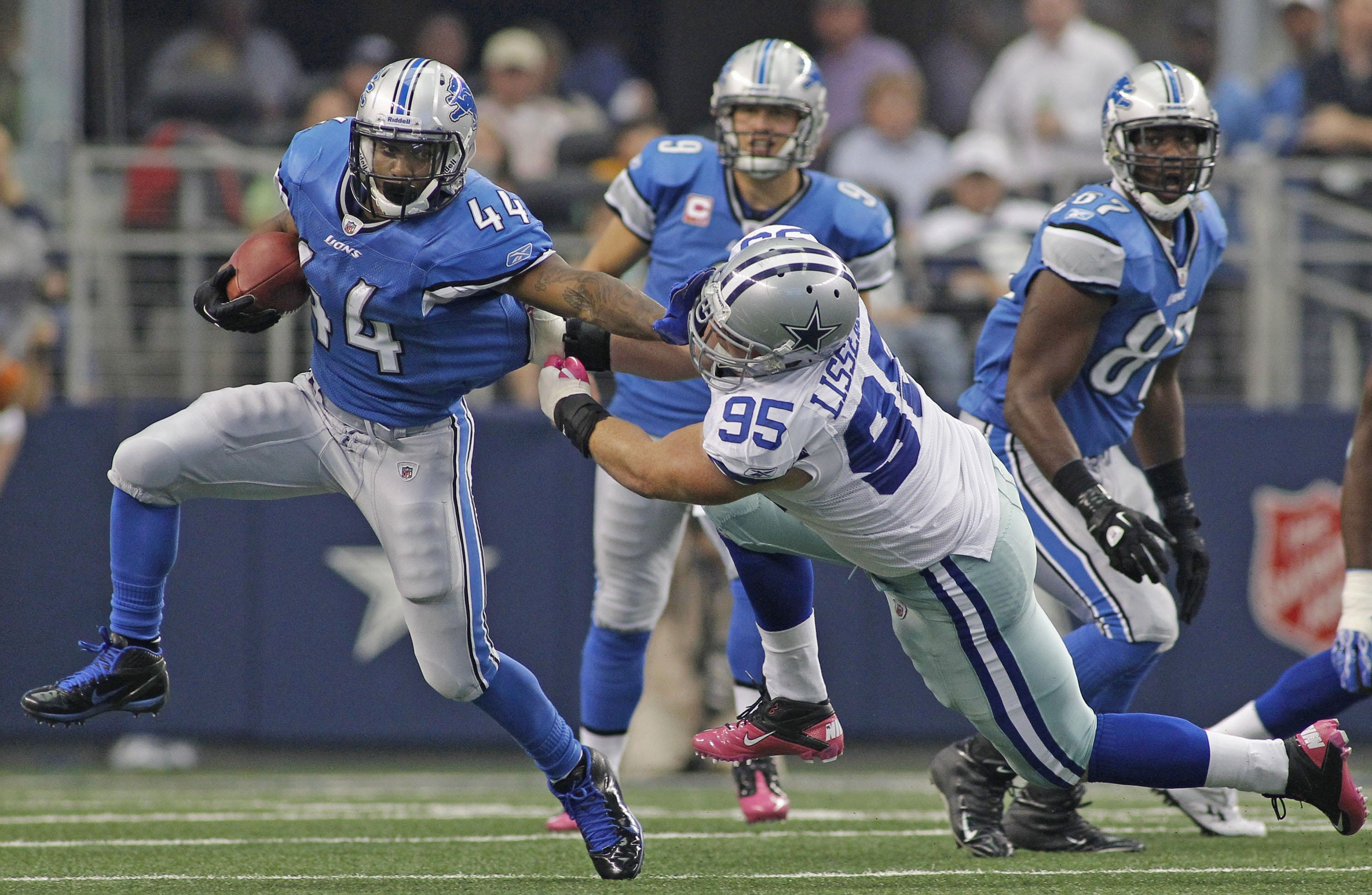 No pads? No problem for ex-Lion Jahvid Best, who retired with head injury