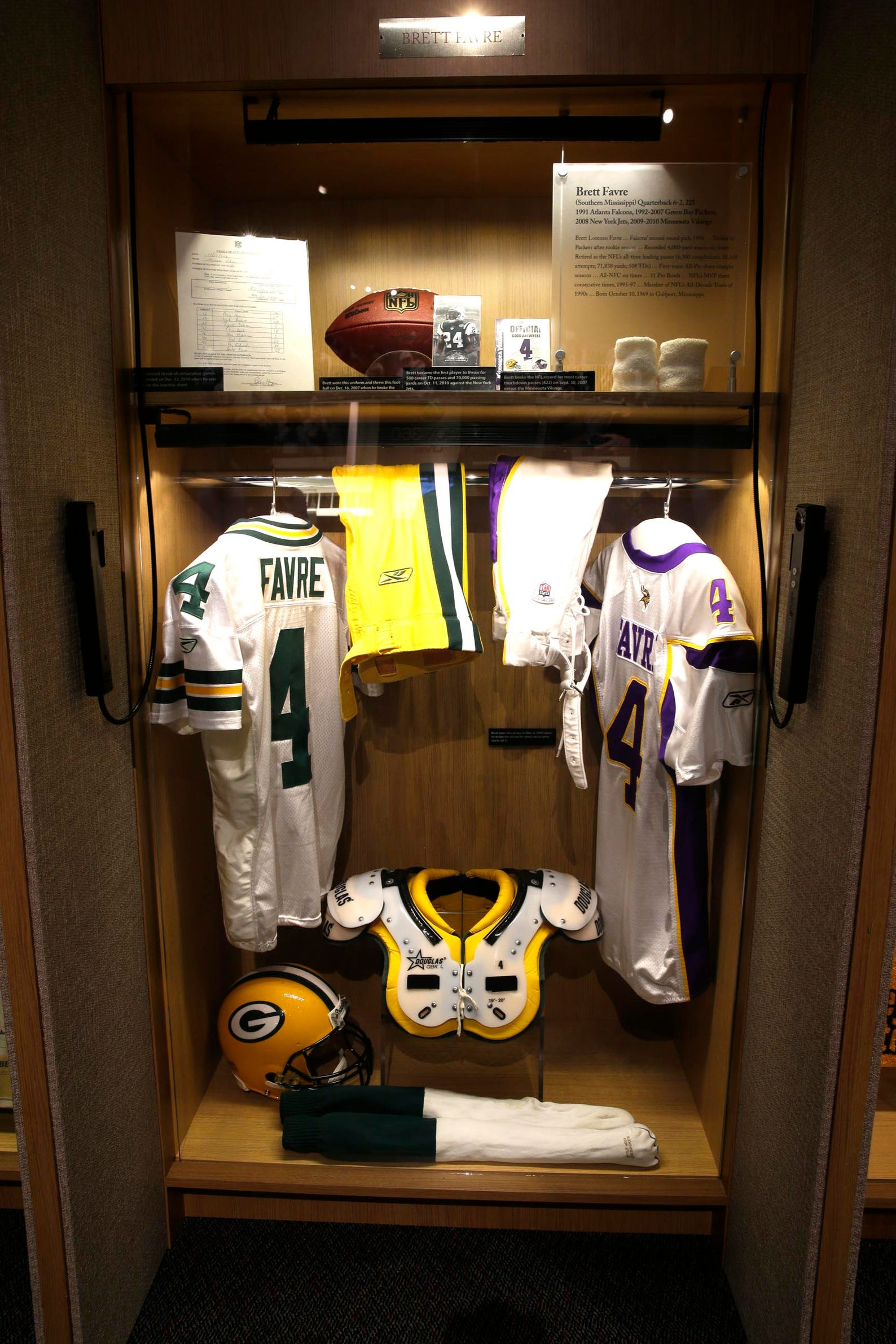 buy online 3eb8e 07477 Brett Favre's locker at the Pro Football Hall of Fame