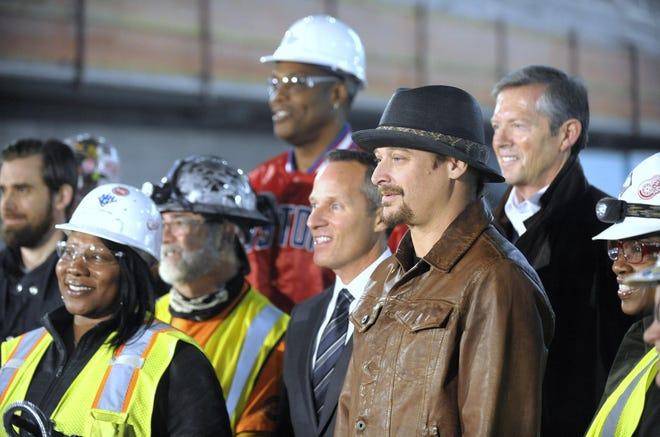 Kid Rock, kanan, berdiri bersama Chris Ilitch, kiri, dan Tom Wilson, kanan, di dalam LCA yang belum selesai.