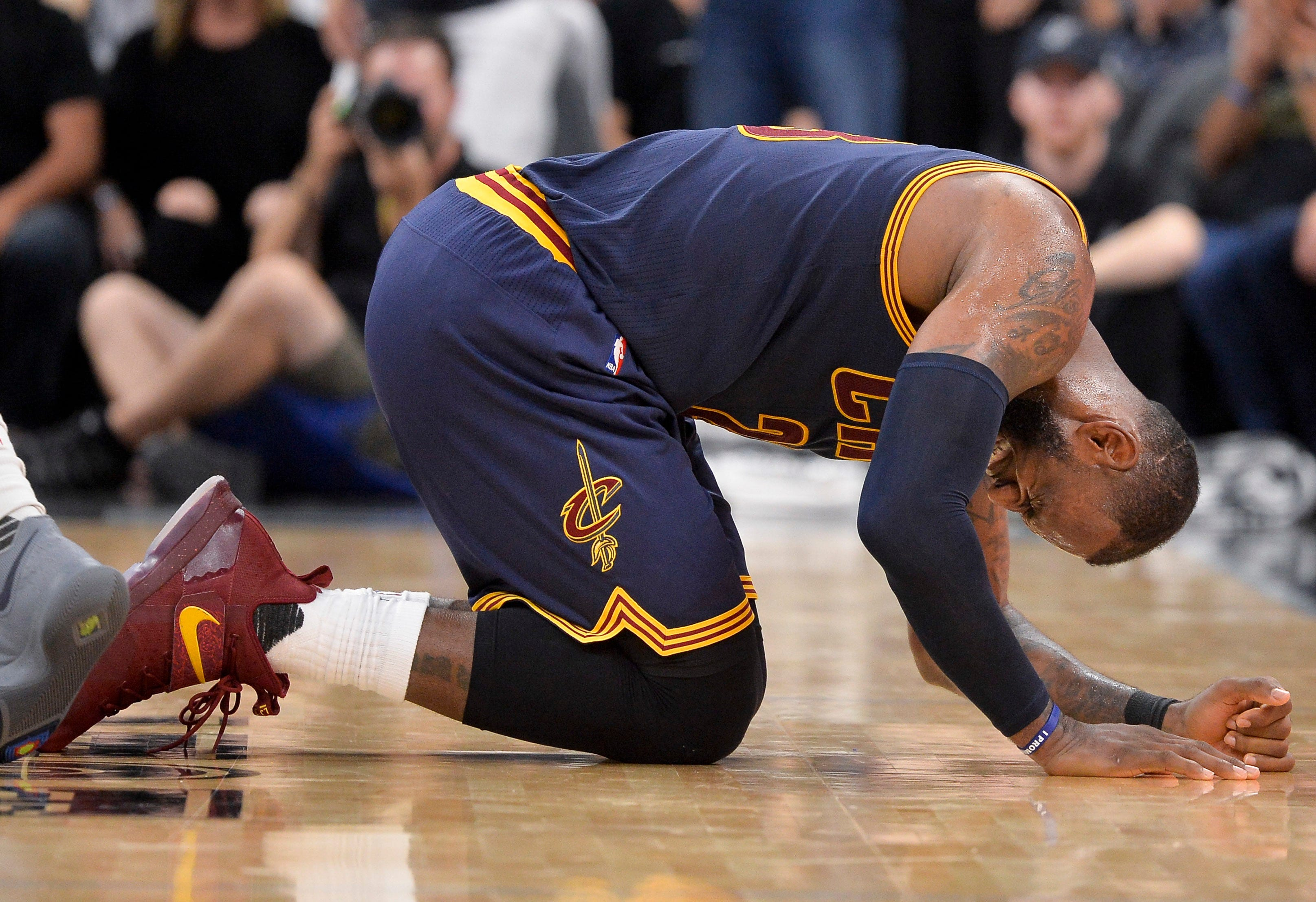 LeBron leaves game early as Spurs dismantle Cavs