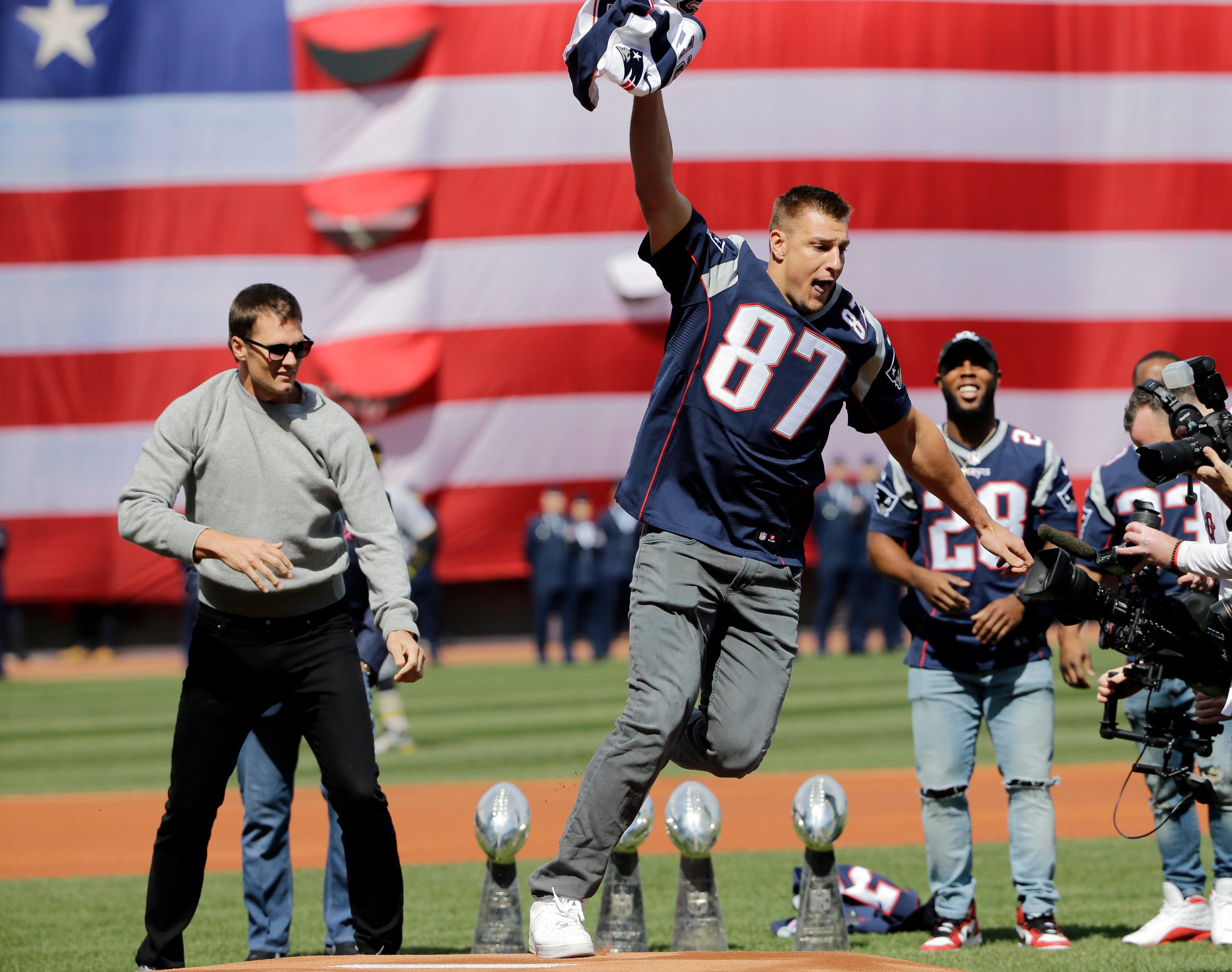 Photos: Rob Gronkowski 'steals' Tom Brady's jersey