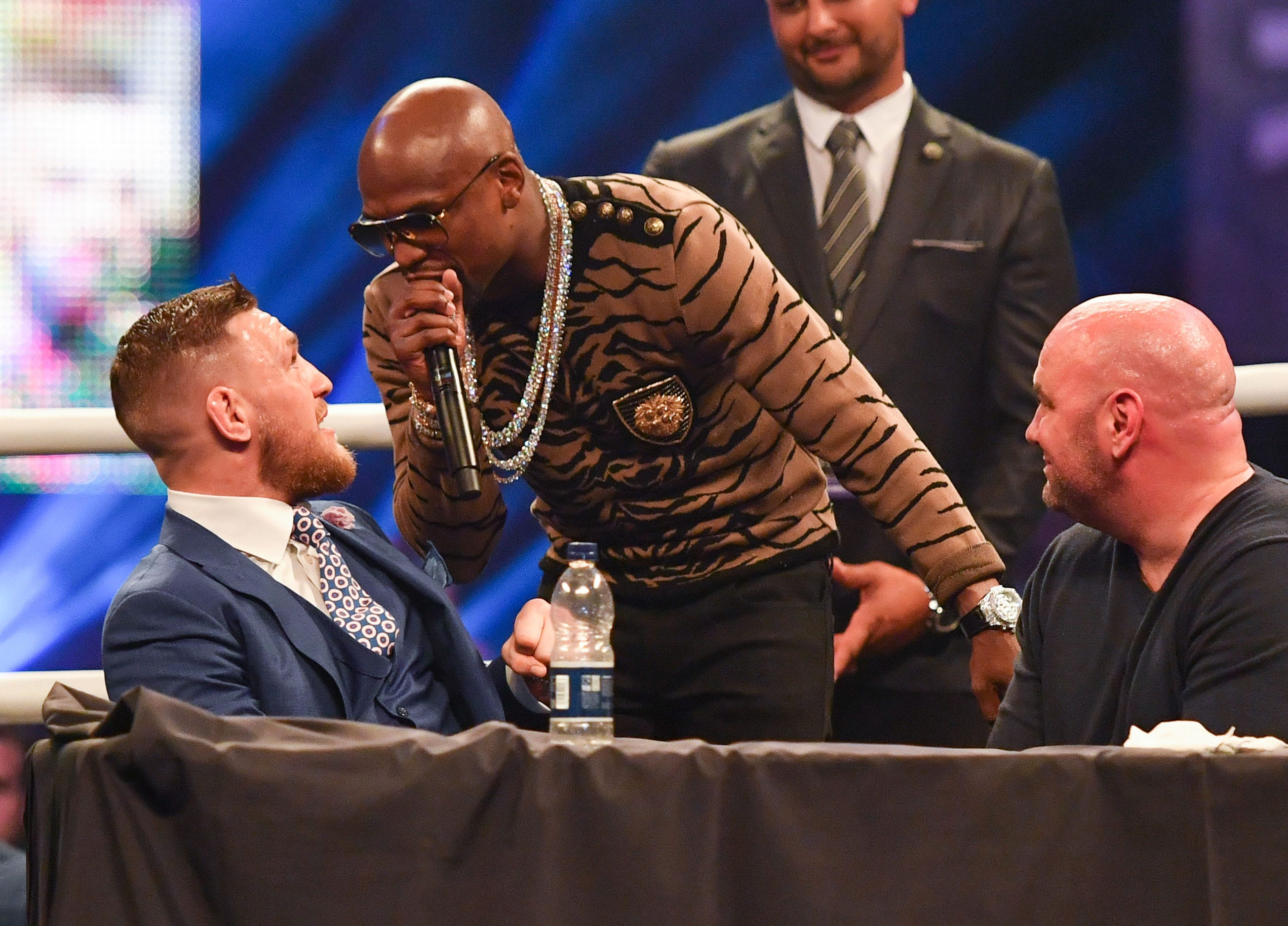 636356546224430164-USATSI-10159212-1- Floyd Mayweather calls Conor McGregor anti-gay slur as world tour concludes in London