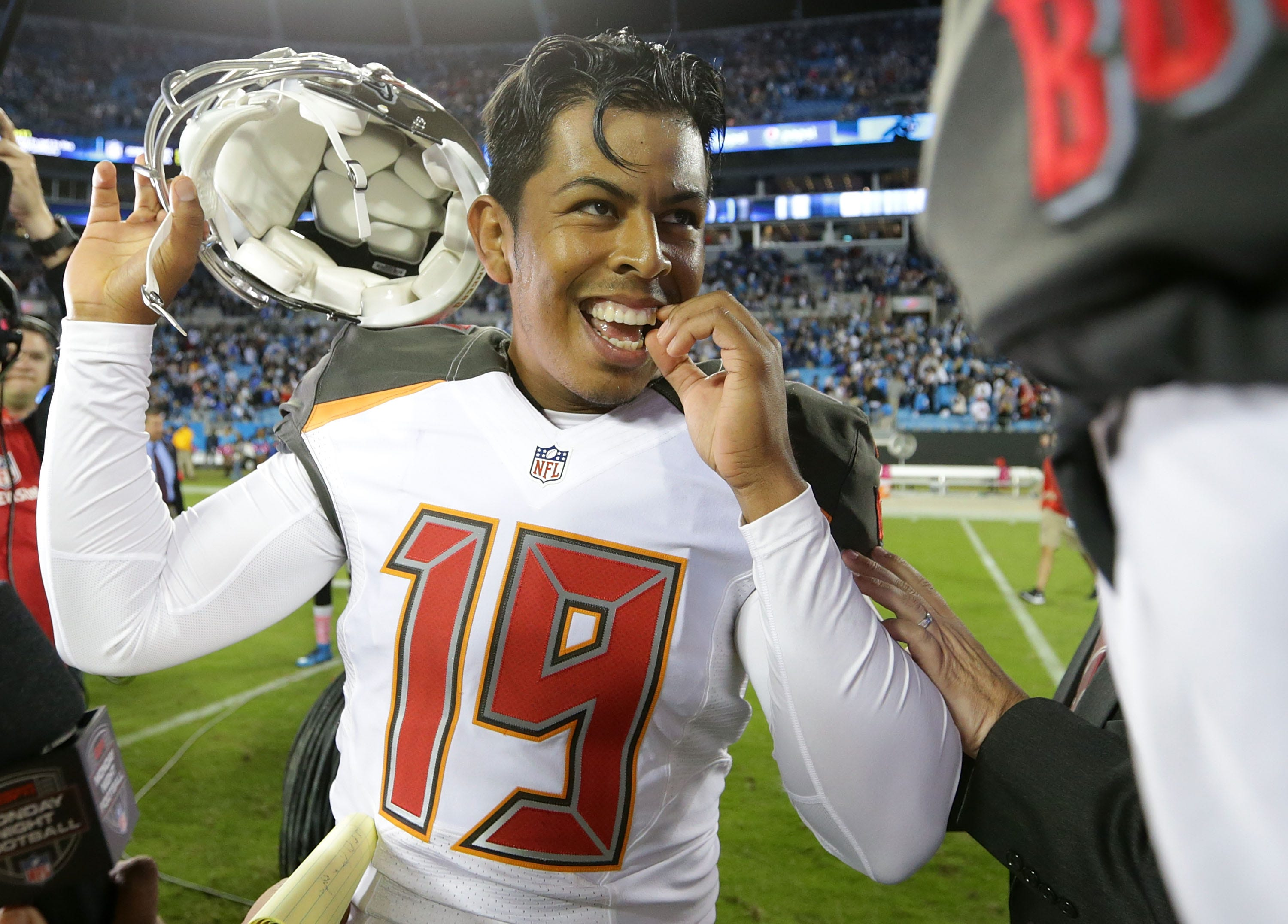 Patriots reportedly sign kicker Roberto Aguayo to practice squad