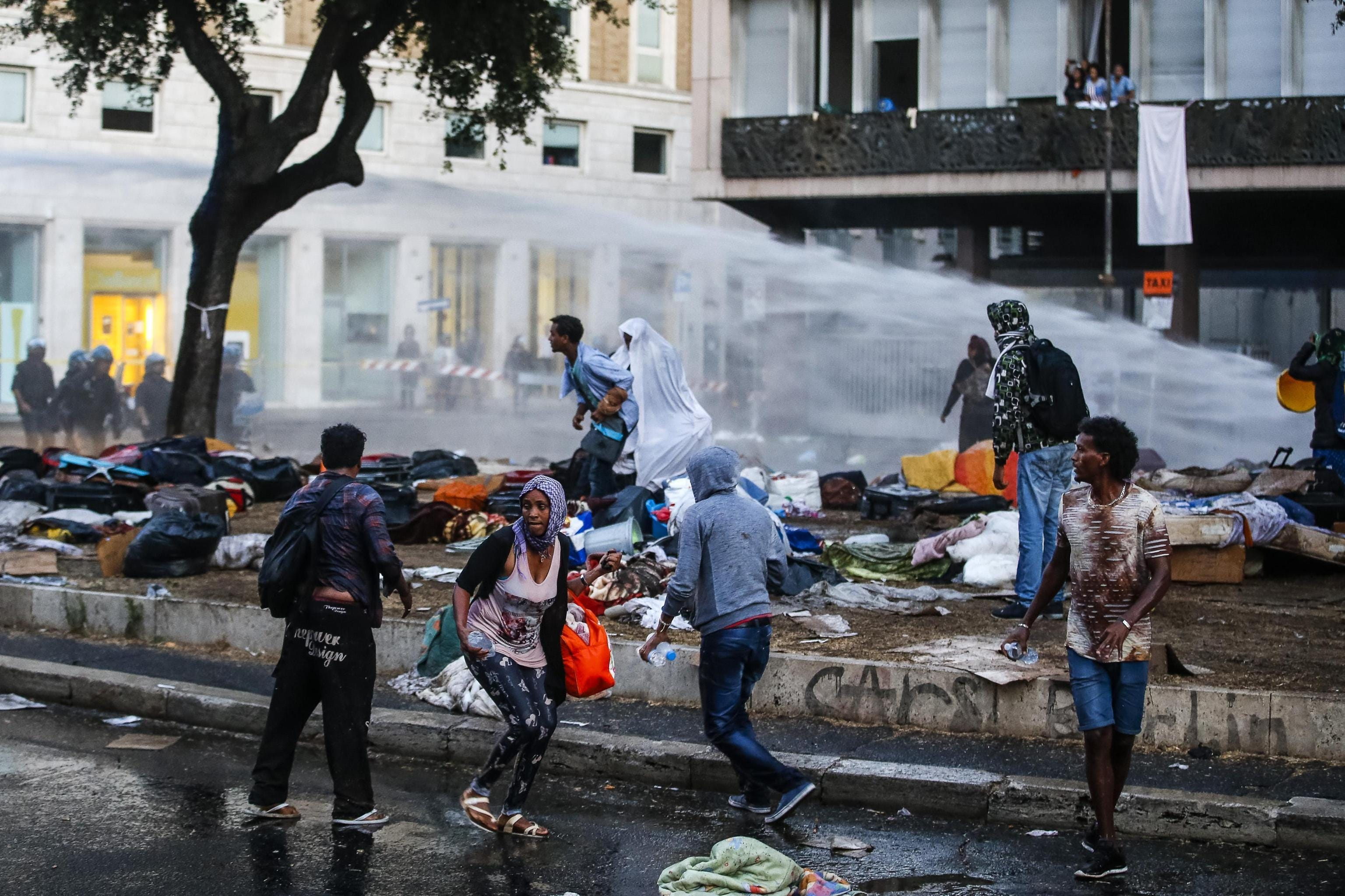 Police clear migrants from Rome piazza with water hoses