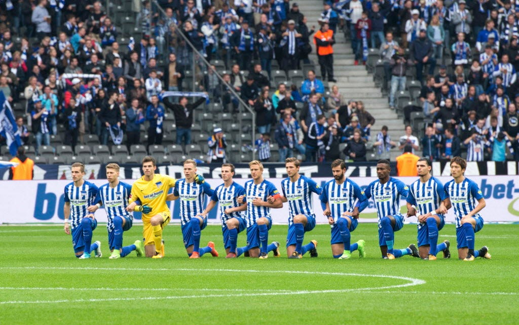 Hertha Berlin 'takes a knee' in show of solidarity with NFL players