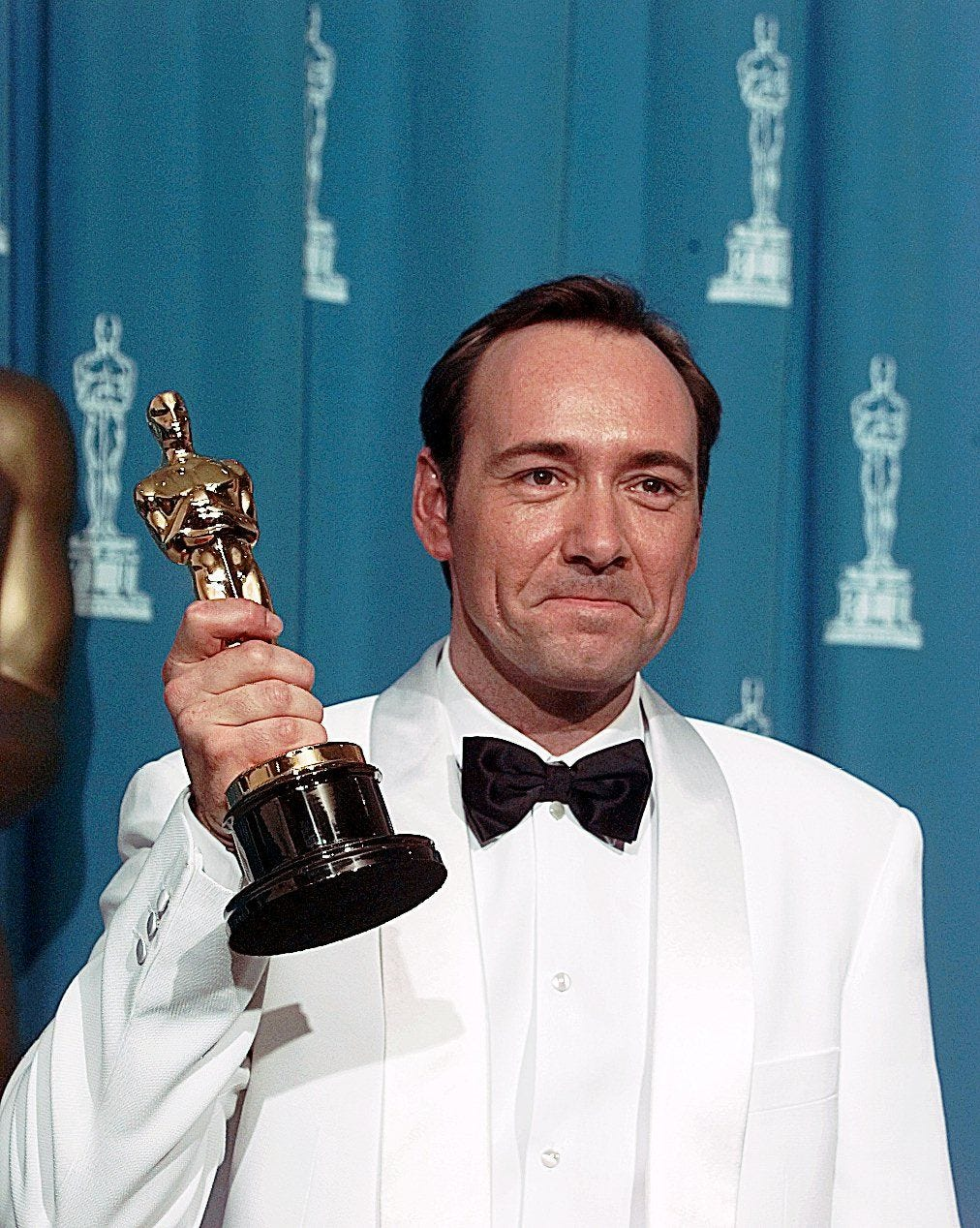 DATE TAKEN: 3/25/1896---Kevin Spacey holds his Oscar