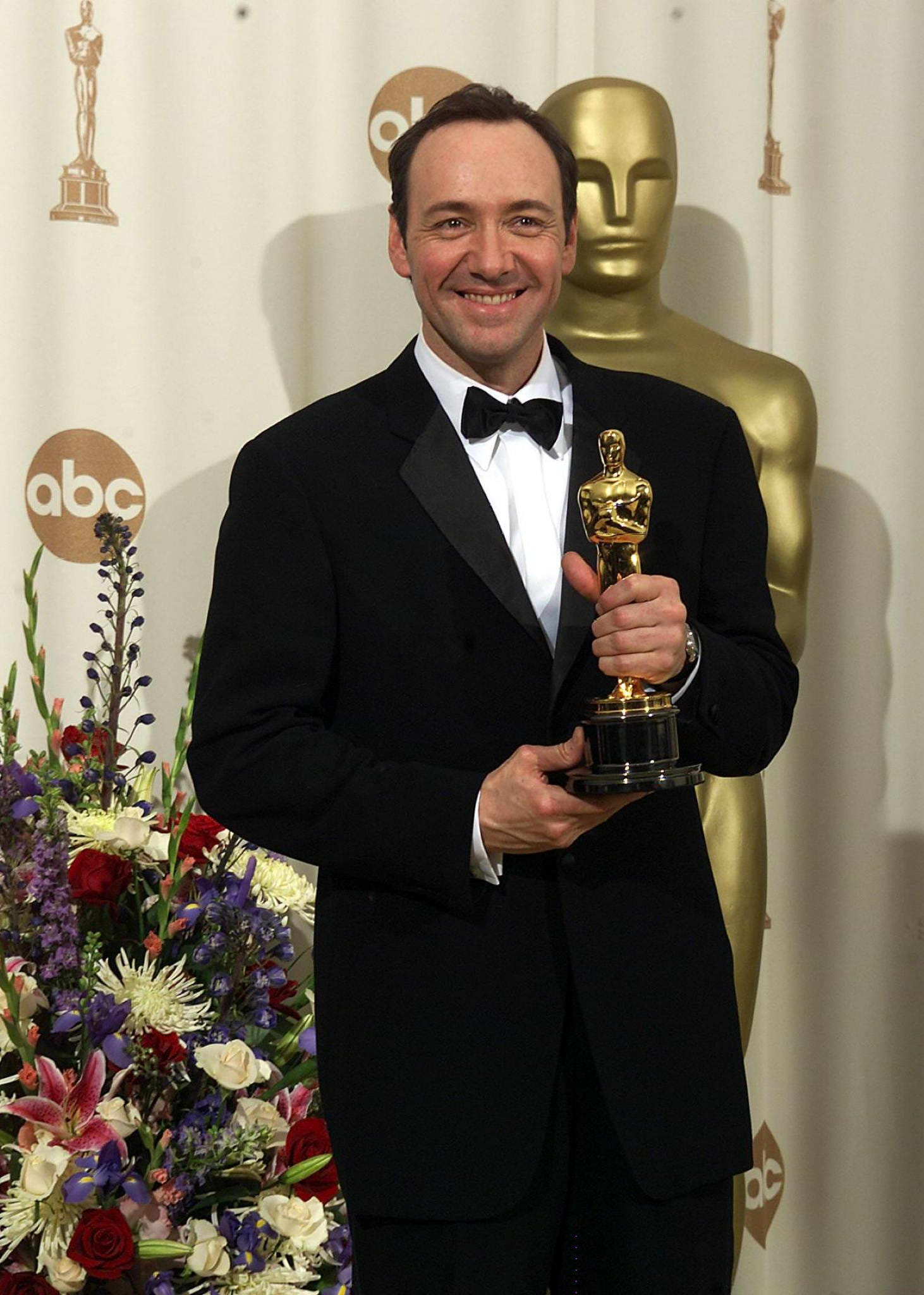 Actor Kevin Spacey holds up his Oscar for Best Performance