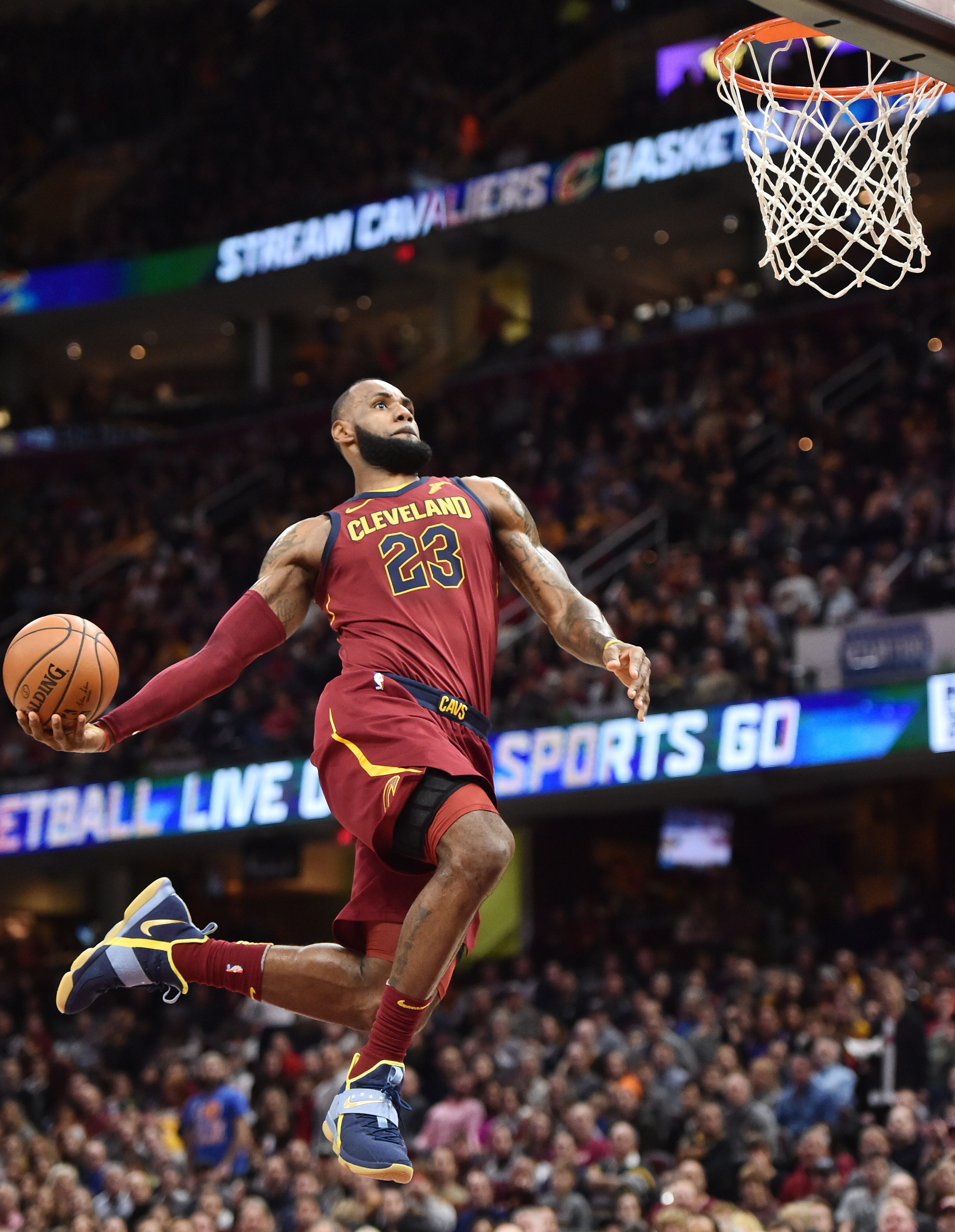 LeBron James' 23-point fourth quarter powers Cavs to sixth straight win