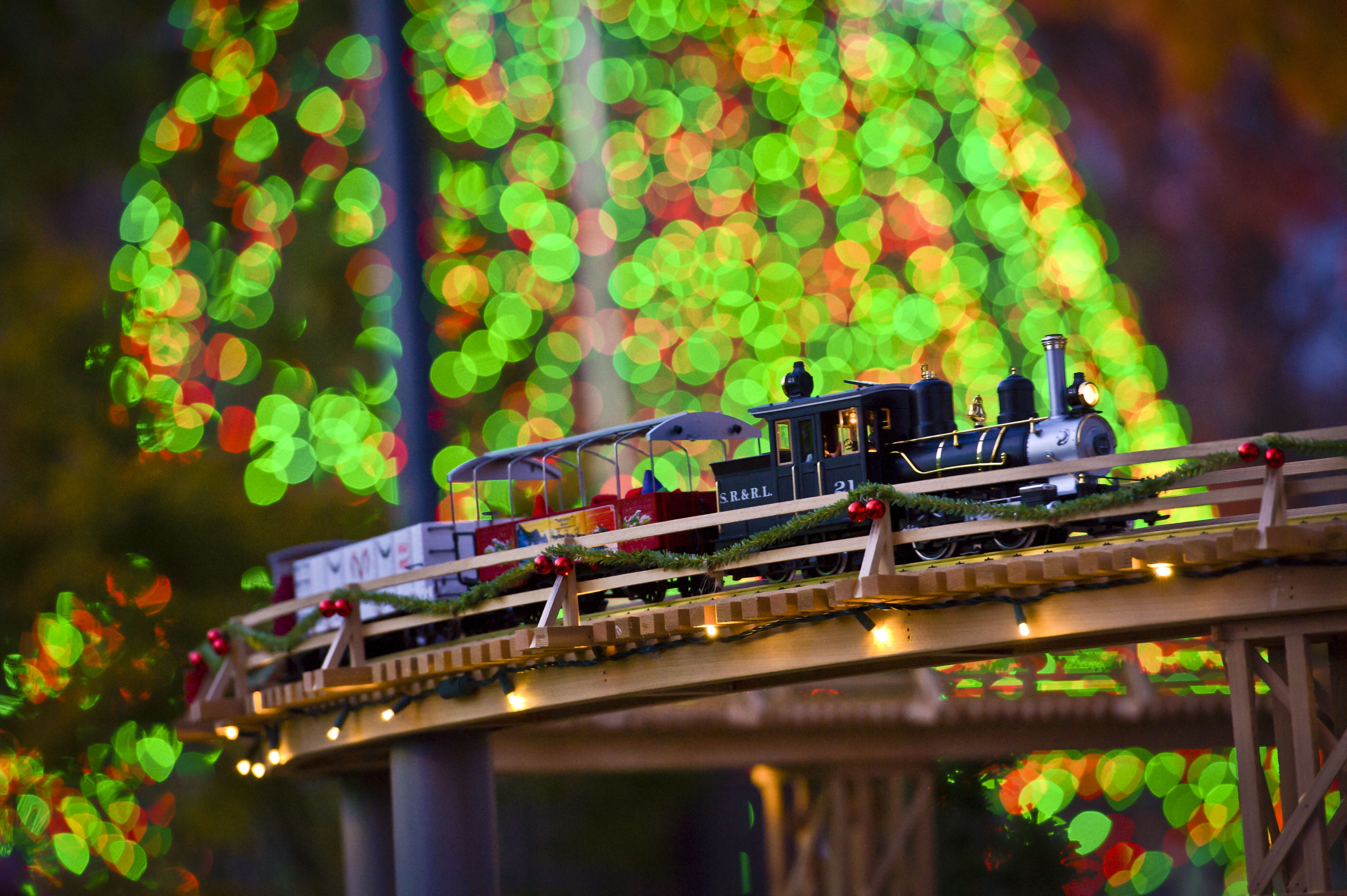 13 holiday model train displays that delight this season for St louis home and garden show 2017