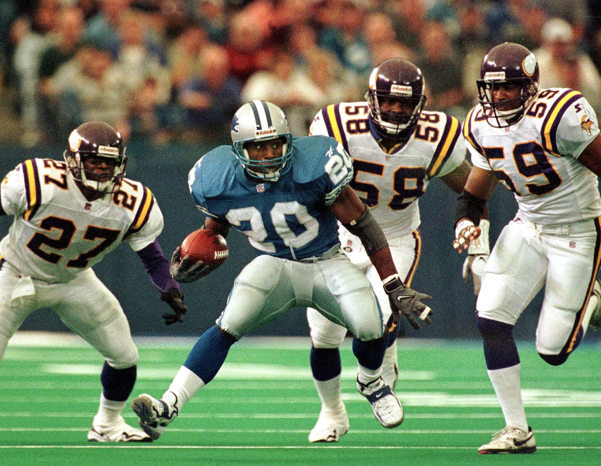 Detroit Lions running back Barry Sanders tries to