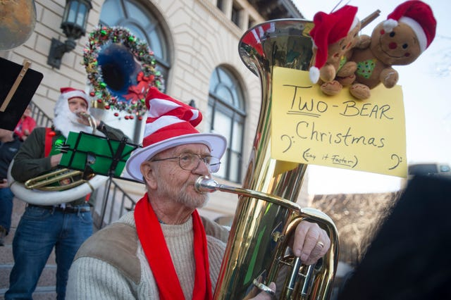 Photos Tuba Christmas Brings Holiday Tunes To Old Town