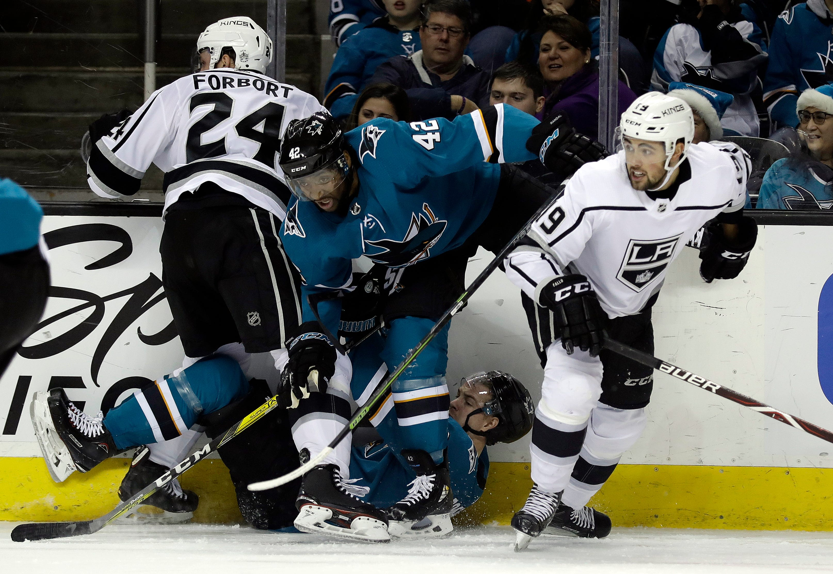 Jones makes 28 saves, Sharks beat struggling Kings 2-0