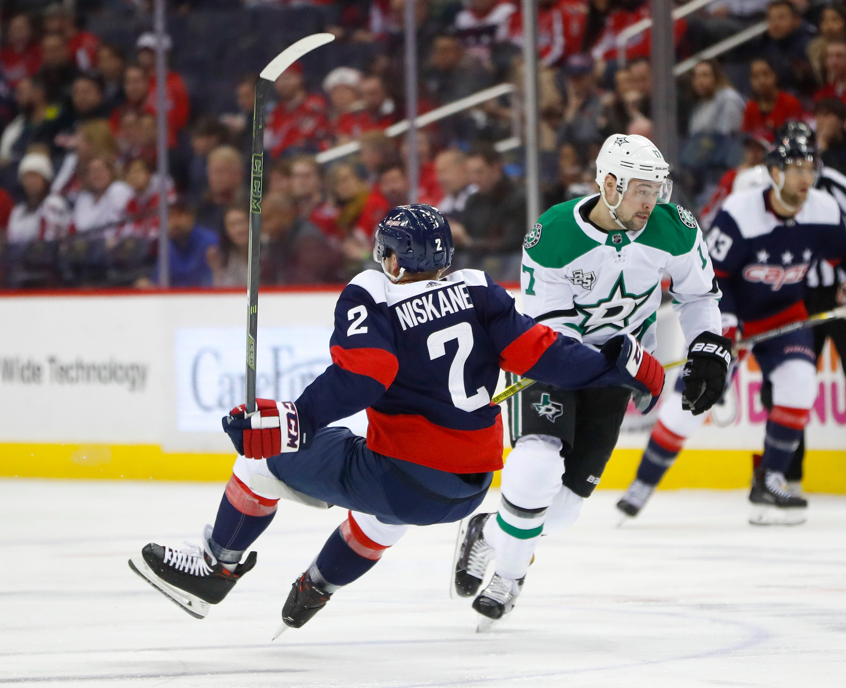 Carlson scores late as Capitals deal Stars a tough defeat