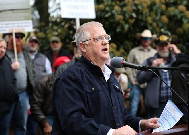 Le représentant Mike Nearman prend la parole lors d'un rassemblement en faveur du deuxième amendement au Mémorial de la Seconde Guerre mondiale en Oregon à Salem en 2018.